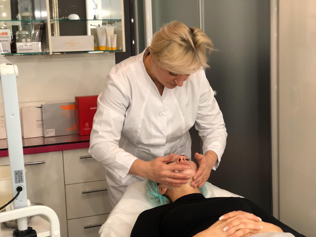 Косметолог в студии красоты MARUS